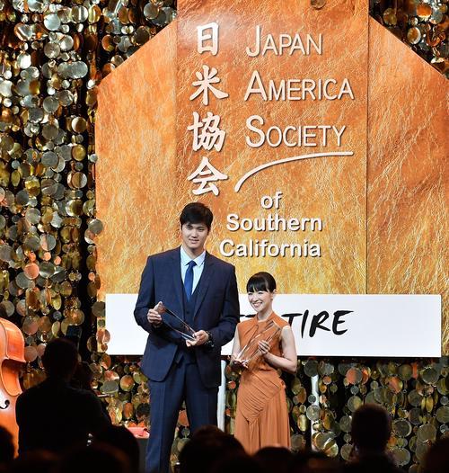 日米協会の国際市民賞を授与され、記念品を手に近藤麻理恵さん(右)と記念写真に納まるエンゼルス大谷(撮影・菅敏)