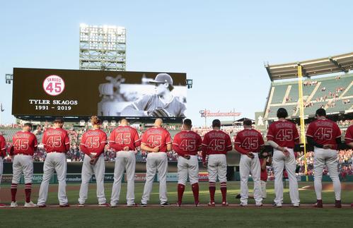 試合前にスカッグス氏の追悼セレモニーが行われ、背番号45のユニホームで整列するエンゼルス大谷(右端)ら(共同)