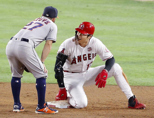 アストロズ戦の5回、アップトンの投ゴロで二塁へ滑り込み、二塁手アルテューベ(左)と言葉を交わすエンゼルス大谷(共同)