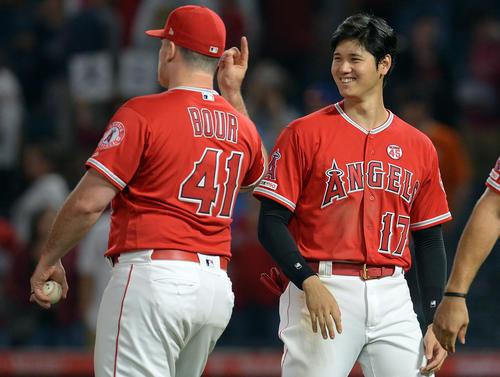 試合後、笑顔で選手を迎えるエンゼルス大谷翔平(ロイター)