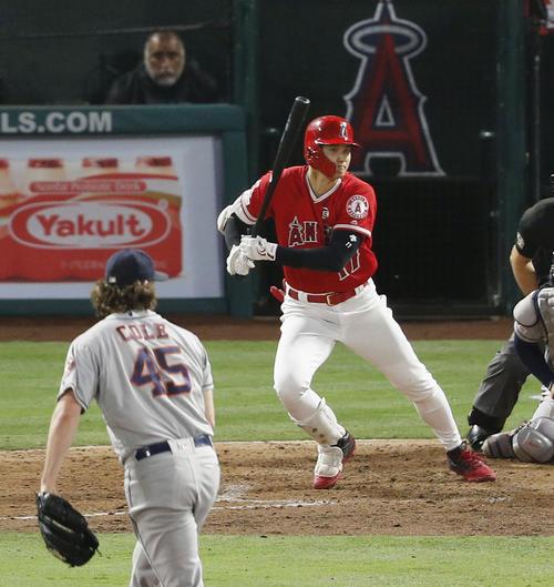 5回、左前打を放つエンゼルス大谷。投手コール(共同)