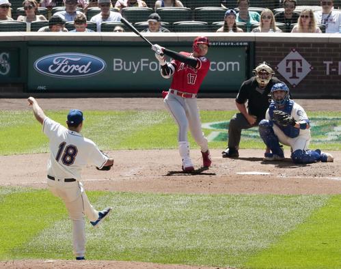 マリナーズ戦の5回、菊池(18)から左中間に二塁打を放つエンゼルス大谷(共同)