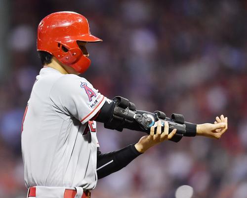 レッドソックス対エンゼルス 3回表エンゼルス2死一塁、打者アップトンの時、盗塁死したエンゼルス大谷は、浮かない表情で固定具を外しベンチに戻る(撮影・菅敏)