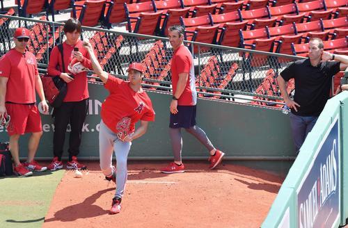 オースマス監督(右から2人目)、エプラーGM(右端)が見守る前でブルペンで投球練習をするエンゼルス大谷(撮影・菅敏)