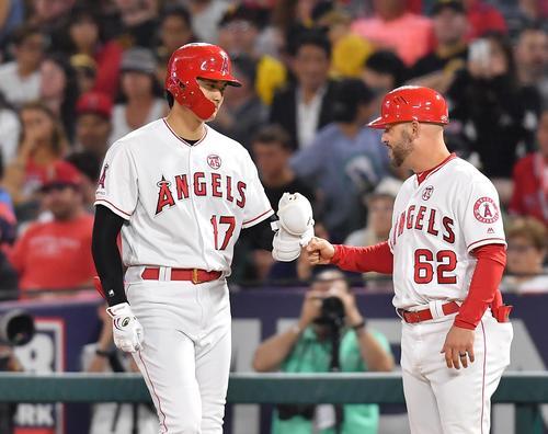 エンゼルス対パイレーツ 7回裏エンゼルス2死一塁、三塁内野安打で出塁し、一塁走塁コーチとタッチをするエンゼルス大谷(撮影・菅敏)