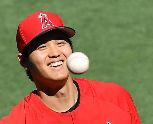 エンゼルス対パイレーツ 試合前、笑顔でキャッチボールをするエンゼルス大谷(撮影・菅敏)