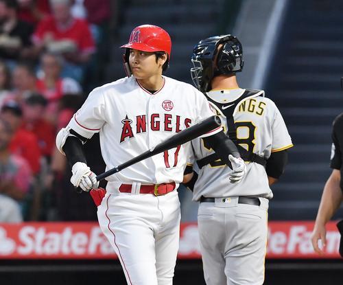 エンゼルス対パイレーツ 1回裏エンゼルス1死一塁、空振りの三振に倒れ、浮かない表情でベンチに戻るエンゼルス大谷(撮影・菅敏)