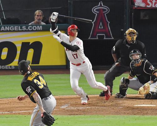 エンゼルス対パイレーツ 2回裏エンゼルス2死一塁、左へ三塁打を放つエンゼルス大谷(撮影・菅敏)