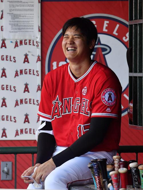 エンゼルス対パイレーツ 試合前、ベンチで笑顔を見せるエンゼルス大谷(撮影・菅敏)