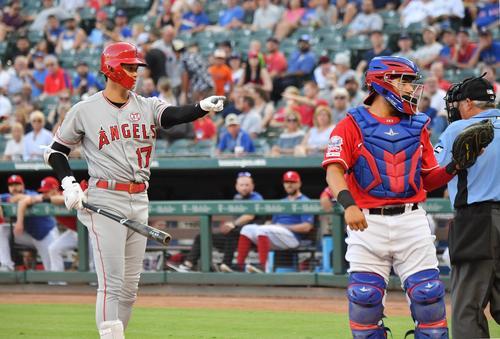 レンジャーズ対エンゼルス 1回表エンゼルス1死一塁、捕手の打撃妨害を球審にアピールするエンゼルス大谷(撮影・菅敏)
