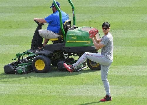 ダブルヘッダーの合間に芝を整備するグラウンドキーパーを背にキャッチボールするエンゼルス大谷(撮影・菅敏)