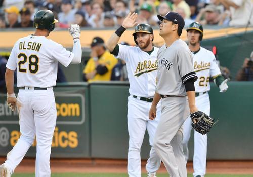 アスレチックス対ヤンキース 1回裏1死二、三塁、キャンハに2点適時打を打たれ、生還した走者らを横目に肩を落とす田中(撮影・菅敏)