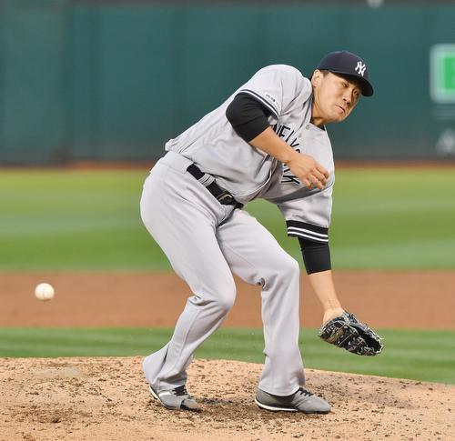 アスレチックス対ヤンキース 3回裏無死一塁、オルソンの打球に反応するが捕れず、遊安とする田中(撮影・菅敏)