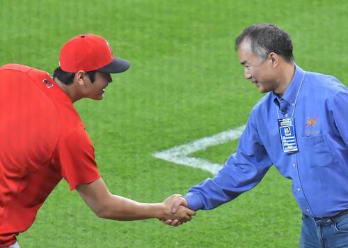 アストロズ対エンゼルス 試合前、球場を訪れた宇宙飛行士・野口聡一氏(右)から激励を受けるエンゼルス大谷(撮影・菅敏)