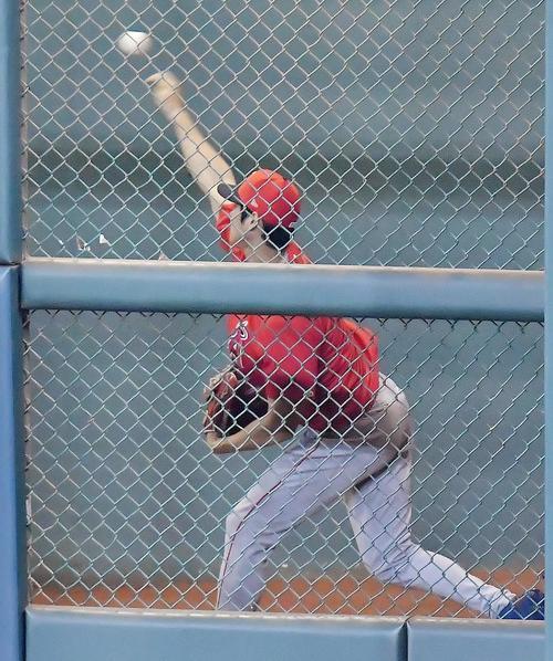 アストロズ対エンゼルス 試合前、ブルペンで投球練習をするエンゼルス大谷(撮影・菅敏)