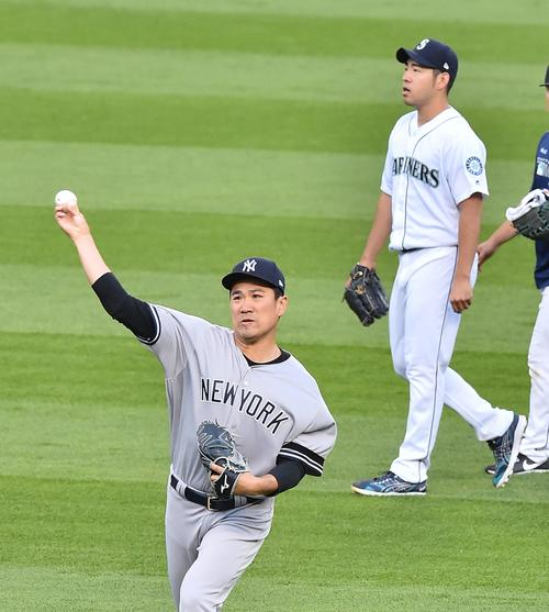マリナーズ対ヤンキース 試合前、ブルペンに向かうマリナーズ菊池雄星(右)を背にキャッチボールをするヤンキース田中(撮影・菅敏)