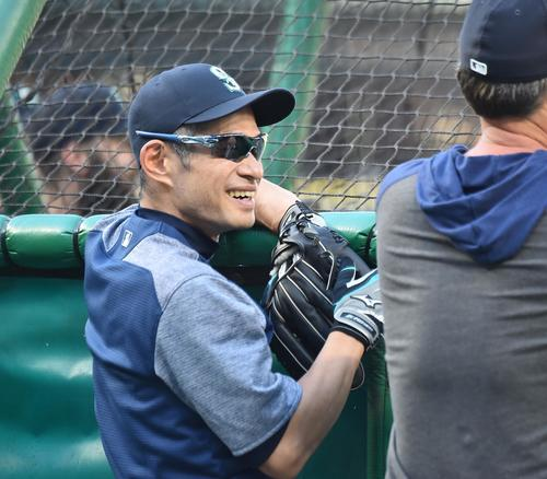 マリナーズ対ヤンキース 試合前、フィールドに姿を現し、笑顔でサービス監督(右)と話すイチロー氏(撮影・菅敏)