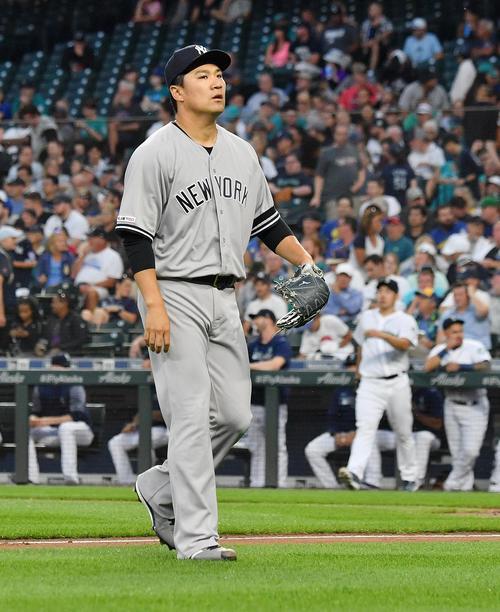 マリナーズ対ヤンキース 2回の投球を終え、マウンドに向かうマリナーズ菊池(右から2人目)を背にベンチに戻るヤンキース田中(撮影・菅敏)