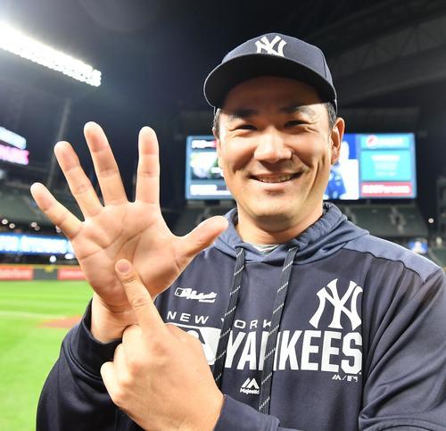 マリナーズ戦に先発し、7回を3安打無失点に抑え、今季10勝目を挙げたヤンキース田中は、日本人初の6年連続2桁勝利を達成し、笑顔で手で6を作る(撮影・菅敏)