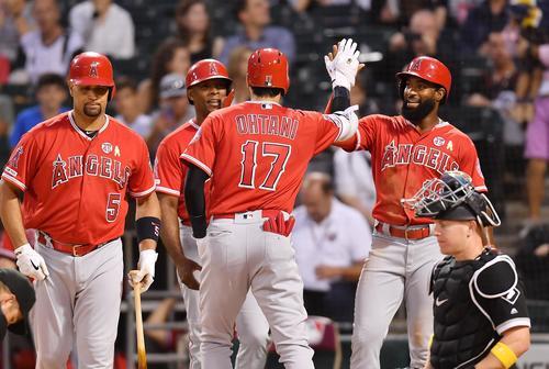 ホワイトソックス対エンゼルス 3回表エンゼルス無死一、三塁、左越えに17号3点本塁打を放ち、グッドウィン(右端)、アップトン(左から2人目)、プホルス(左端)に迎えられるエンゼルス大谷(撮影・菅敏)