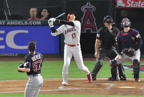 エンゼルス対インディアンス 1回裏エンゼルス1死一塁、インディアンス・ビーバー(左)から三邪飛に倒れるエンゼルス大谷(撮影・菅敏)