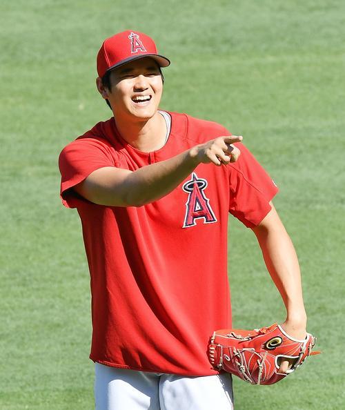 エンゼルス対インディアンス 試合前、笑顔でキャッチボールをするエンゼルス大谷(撮影・菅敏)