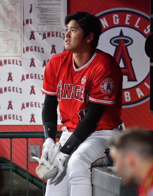 エンゼルス対インディアンス 1回裏エンゼルス1死一塁、左飛に倒れ、ベンチで浮かない表情を見せるエンゼルス大谷(撮影・菅敏)