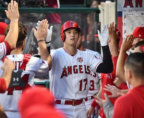 エンゼルス対インディアンス 5回裏エンゼルス1死、右越えに18号本塁打を放ち、ナインにタッチで迎えられるエンゼルス大谷(撮影・菅敏)