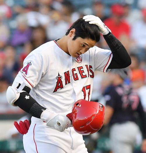 エンゼルス対インディアンス 2回裏エンゼルス2死一、二塁、右飛に倒れ、浮かない表情でベンチに戻るエンゼルス大谷(撮影・菅敏)