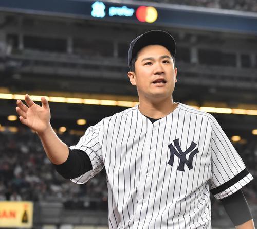 エンゼルス戦に先発し、5回の投球を終え笑顔でベンチに戻るヤンキース田中(撮影・菅敏)
