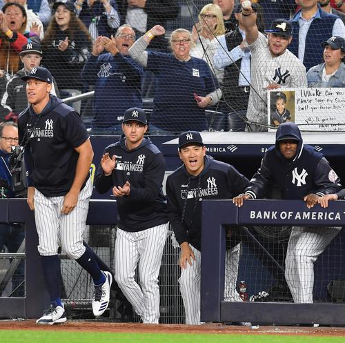 地区優勝を決め、笑顔でフィールドに向かうヤンキース田中(右から2人目)(撮影・菅敏)