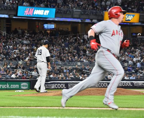 ヤンキース対エンゼルス 4回表エンゼルス無死、カルフーンに本塁打を打たれるヤンキース田中(撮影・菅敏)