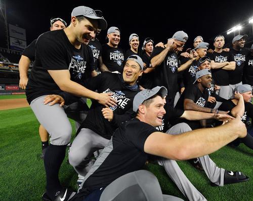 リーグ優勝決定戦に進出を決め、笑顔で記念写真に納まるヤンキース田中(中央左)(撮影・菅敏)