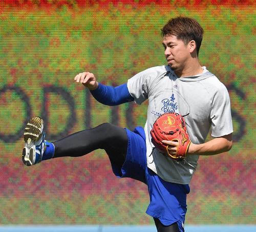 地区シリーズ・ドジャース対ナショナルズ第5戦、試合前、キャッチボールで調整するドジャース前田(撮影・菅敏)