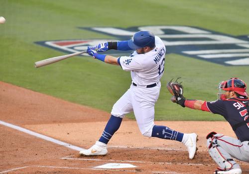 地区シリーズ・ドジャース対ナショナルズ第5戦、1回裏ドジャース無死二塁、右越えに先制の本塁打を放つドジャース・マンシー(撮影・菅敏)