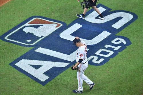 ヤンキースとのリーグ優勝決定シリーズの初戦に先発し、初回の投球を前にマウンドに向かうアストロズ・グリンキー(撮影・菅敏)