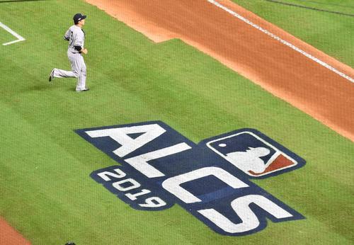 アストロズとのリーグ優勝決定シリーズの初戦に先発し、初回の投球を前にマウンドに向かうヤンキース田中(撮影・菅敏)