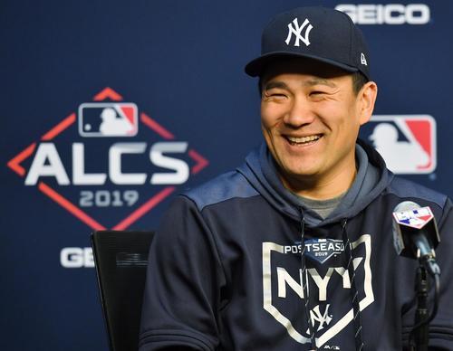 アストロズとのリーグ優勝決定シリーズの初戦に先発し、6回を1安打無失点に抑え勝利投手のヤンキース田中は、会見で笑顔を見せる(撮影・菅敏)