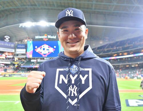 初戦に先発し勝利投手のヤンキース田中は、笑顔でガッツポーズを見せる(撮影・菅敏)