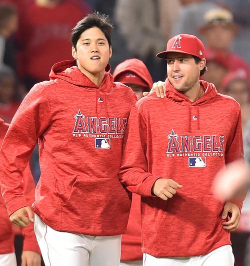 スカッグス投手(右)とエンゼルス大谷(2018年4月6日撮影)
