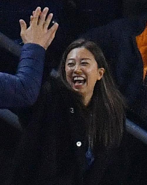リーグ優勝決定シリーズ・ヤンキース対アストロズ第4戦、1回、ヤンキースの先制点にスタンドで喜ぶまい夫人(撮影・菅敏)