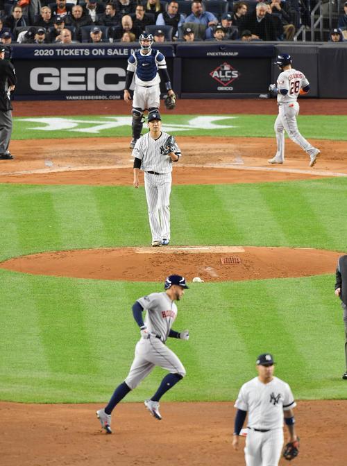 リーグ優勝決定シリーズ・ヤンキース対アストロズ第4戦、3回表アストロズ無死一、二塁、アストロズ・スプリンガ-(手前)に逆転の3点本塁打を打たれ、マウンドで渋い表情を見せるヤンキース田中(撮影・菅敏)