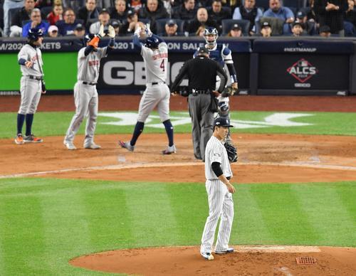 リーグ優勝決定シリーズ・ヤンキース対アストロズ第4戦、3回表アストロズ無死一、二塁、逆転の3点本塁打を放ち本塁に戻るアストロズ・スプリンガ-(左から3人目)に背を向けるヤンキース田中(撮影・菅敏)