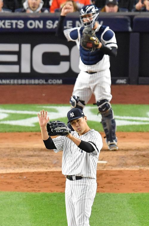 リーグ優勝決定シリーズ・ヤンキース対アストロズ第4戦、5回表アストロズ2死、アストロズ・ブラントリーの右飛をジャッジが好捕し、ホッとした表情で手をたたくヤンキース田中(撮影・菅敏)