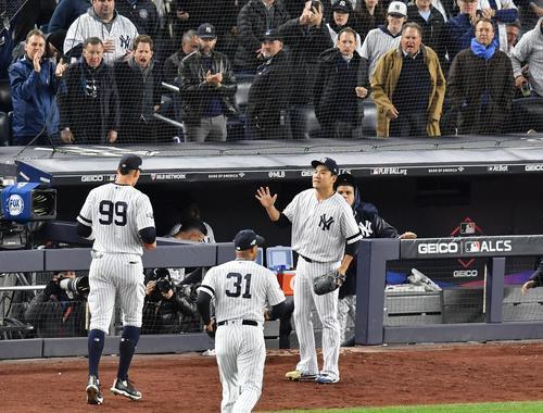 リーグ優勝決定シリーズ・ヤンキース対アストロズ第4戦、5回表アストロズ2死、アストロズ・ブラントリーの右飛を好捕したジャッジ(左)をハイタッチで迎えるヤンキース田中(撮影・菅敏)