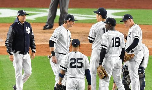 リーグ優勝決定シリーズ・ヤンキース対アストロズ第4戦、6回表アストロズ無死一塁、ブーン監督(左端)に交代を告げられ、降板するヤンキース田中将大(左から4人目)(撮影・菅敏)