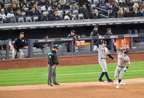 リーグ優勝決定シリーズ・ヤンキース対アストロズ第4戦、6回表アストロズ1死一、三塁、左越えに3点本塁打を放ちダイヤモンドを回るアストロズ・コレア(右端)をぼうぜんと見つめるヤンキース田中(左端)(撮影・菅敏)