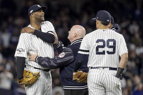 8回途中から登板するも左肩故障で降板したヤンキースのサバシア(左)(AP)