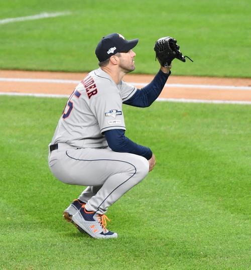 ヤンキース対アストロズ第5戦、1回裏、ヤンキース・ヒックスに3点本塁打を打たれ、座り込むアストロズ・バーランダー(撮影・菅敏)