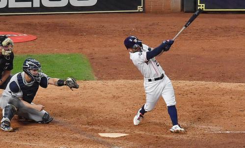 リーグ優勝決定シリーズ・アストロズ対ヤンキース第6戦、9回裏アストロズ2死一塁、サヨナラの2点本塁打を放つアストロズ・アルテューベ(撮影・菅敏)